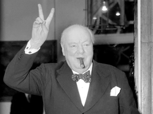 Churchill tipico segno vittoria.jpg